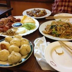 Photo taken at Chenji: Qi Xin Mian Guan (齊心面館) by Mamen A. on 12/16/2012
