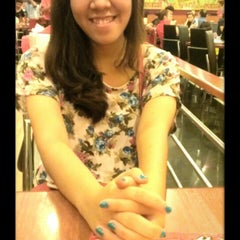 Photo taken at Pizza Hut by Meo L. on 11/23/2013
