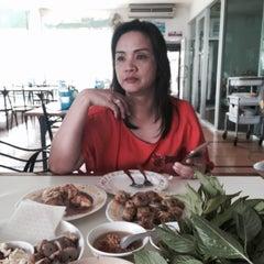 Photo taken at ลาโรส แหนมเนือง by Jha K. on 6/27/2015