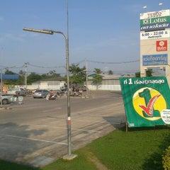 Photo taken at Tesco Lotus Damnoensaduak by ยงยุทธ on 12/11/2012