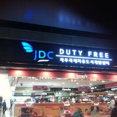 Photo taken at JDC Duty Free (JDC 면세점) by Jang-hwan J. on 2/18/2013