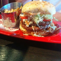 Photo taken at Red Robin Gourmet Burgers by Tess L. on 5/22/2014