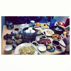 Photo taken at Swee Choon Tim Sum Restaurant 瑞春點心拉麵小籠包 by Dickson L. on 3/17/2013
