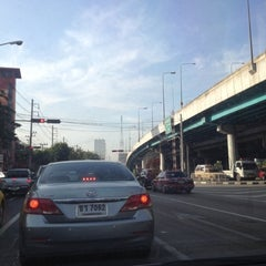 Photo taken at แยกสุทธิสาร (Sutthisan Intersection) by YoNgYeE on 11/15/2012