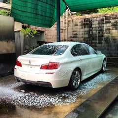 Photo taken at Bee Wash Car Detailing (บี วอช) by Tete V. on 9/14/2013