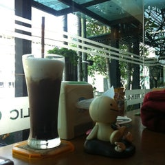 Photo taken at Coffee Holic | คอฟฟี่ฮอลิค by Kittipat M. on 2/16/2014