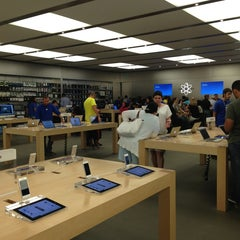 Photo taken at Apple Store, Dadeland by Andres R. on 6/25/2013
