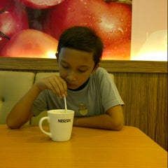 Photo taken at Es Teler 77 by Aulia A. on 10/29/2012