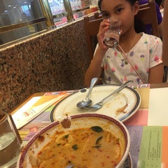 Photo taken at Took Lae Dee (ถูกและดี) by Khae D. on 9/19/2015