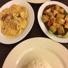 Photo taken at Kim Bau Zai Vegetarian Restaurant by Pui Y. on 4/7/2015