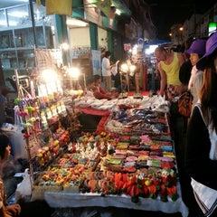 Photo taken at ถนนคนเดินวัวลาย (Wualai Saturday Nightmarket) by Tanta A. on 1/19/2013