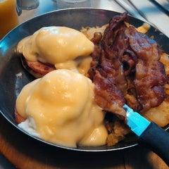 Photo taken at Thomas's Ham 'N' Eggery Diner by Joe C. on 4/17/2013