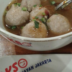 Photo taken at Bakso Lapangan Tembak Senayan by Dewi C. on 9/21/2014