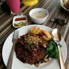 Photo taken at Restoran Cina Muslim Mohd Chan Abdullah by Faisal H. on 7/27/2015