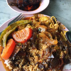Photo taken at Restoran Nasi Kandar Ali by Jameseoul L. on 4/17/2015