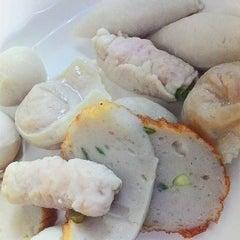 Photo taken at เซียะก๋วยเตี๋ยวปลา | Sia Fish Noodle by Rabbit K. on 6/20/2015