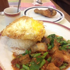 Photo taken at Took Lae Dee (ถูกและดี) by Malli M. on 8/20/2015
