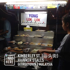 Photo taken at Kimberley St. (汕头街) Hawker Stalls by Mackie D. on 7/4/2013