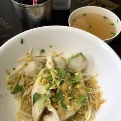Photo taken at ก๋วยเตี๋ยวพริกสด (Priksod Noodles) by PoPpY on 12/29/2015