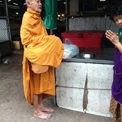 Photo taken at ตลาดสดเทศบาลเมืองปราจีนบุรี by Parinda P. on 7/31/2013