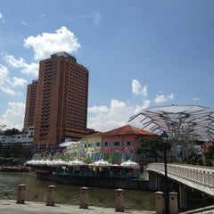 Photo taken at Novotel Clarke Quay by OillY O. on 5/30/2015