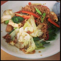 Photo taken at Katak Kitchen (ไก่ทอด ส้มตำ) by Onsinee C. on 2/13/2013