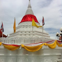 Photo taken at วัดปรมัยยิกาวาสวรวิหาร (Wat Poramaiyikawas Worawihan) by kiekie n. on 7/21/2013