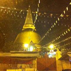 Photo taken at วัดพระปฐมเจดีย์ฯ (Wat Phra Pathom Chedi) by MooKwang K. on 11/11/2012
