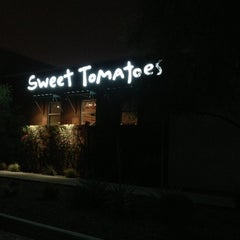 Photo taken at Sweet Tomatoes by Win K. on 12/28/2012