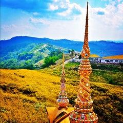 Photo taken at วัดพระธาตุผาซ่อนแก้ว (Wat Phra That Pha Son Kaew) by OOFY 大. on 12/11/2012