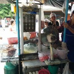 Photo taken at ร้านป้ายม(เจ้าเก่า) (ส้มตํามหาลาภ) by pUkpik M. on 7/13/2014