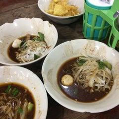 Photo taken at เรือทอง (Rue Thong Boat Noodle) by sora k. on 11/13/2015