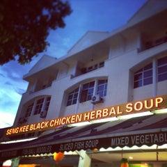 Photo taken at Seng Kee Black Herbal Chicken Soup 成基黑鸡补品 by Heni D. on 2/8/2013