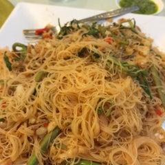 Photo taken at ครัวเจ๊ง้อ (Je Ngor's Kitchen) by Jirapat N. on 8/13/2015
