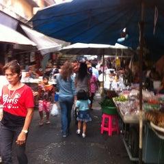 Photo taken at ตลาดตรอกหม้อ (Trok Mo Market) by Pongsakorn P. on 4/11/2013