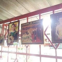 Photo taken at ขาหมูกรอบ-ไก่ย่างสันมะเฟือง by Pirakasem S. on 5/27/2013