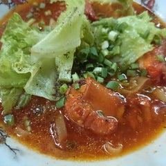 Photo taken at hủ tíu mì Tuyền Ký 泉記粉麵 by Nguyeenx Thieen Nam H. on 12/20/2013