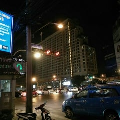 Photo taken at แยกห้วยขวาง (Huai Khwang Intersection) by Pimpaphon J. on 4/29/2016