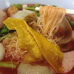 Photo taken at เย็นตาโฟ ลูกชิ้นปลาราชวงศ์ หนองหอย by Pichada T. on 9/18/2014