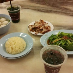 Photo taken at Famosa Chicken Rice Ball (古城鸡饭粒) by Welly H. on 8/27/2015