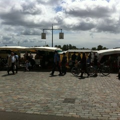 Photo taken at Marché des Chartrons by Misstics on 7/17/2011