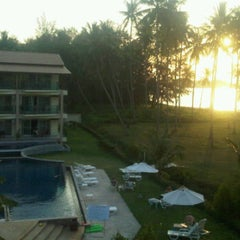 Photo taken at Lanta All Seasons Beach Resort by Nidnoii A. on 2/14/2012