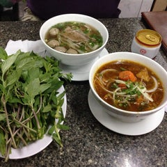 Photo taken at Phở Quỳnh by Clint K. on 12/7/2014