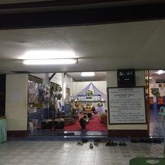 Photo taken at วัดประชุมโยธี อารามหลวง by Onanong K. on 9/22/2015