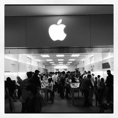 Photo taken at Apple Store, Stoneridge Mall by Martin G. on 10/13/2012