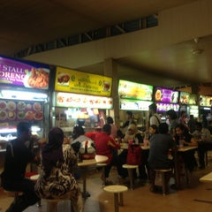 Photo taken at Seah Im Food Centre by Sithiporn U. on 10/16/2012