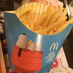Photo taken at McDonald's & McCafé (แมคโดนัลด์ & แมคคาเฟ่) by jarneenn on 11/20/2015