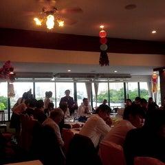 Photo taken at แว่นฟ้าราชวงษ์ (Wan Fah Restaurant) by Nattee น. on 6/6/2014
