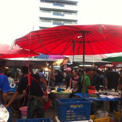 Photo taken at ตลาดนัดแยกกรุงเทพกรีฑา (Yaek Krungthep Kritha Market) by KA W. on 9/5/2013