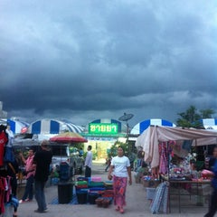 Photo taken at ตลาดนัดแยกกรุงเทพกรีฑา (Yaek Krungthep Kritha Market) by KA W. on 10/7/2013